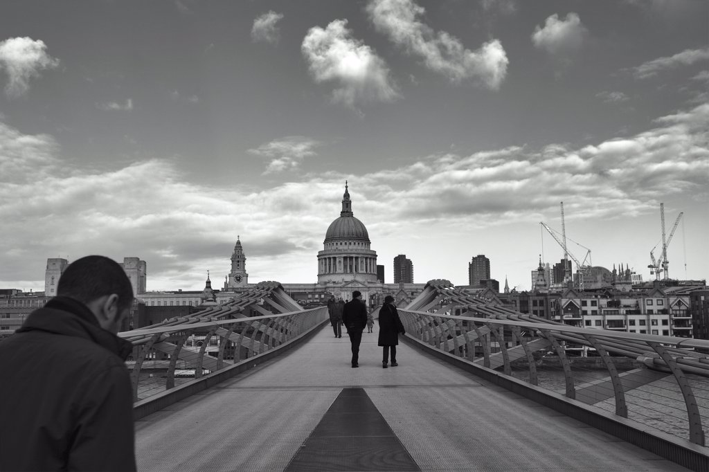 England, London, St Pauls. People walking across the Millennium Footbridge towards St Pauls Cathedral. : Stock Photo