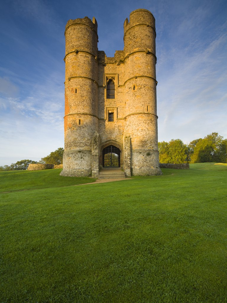 England, Berkshire, Newbury. The twin towered gatehouse, all that remains of Donnington Castle, built by Richard Abberbury the Elder in 1386. : Stock Photo