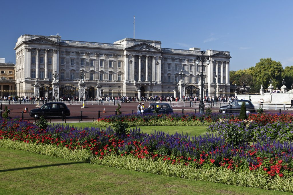 Stock Photo: 4282-28987 England, London, Buckingham Palace. Black London taxi cabs travelling past Buckingham Palace.