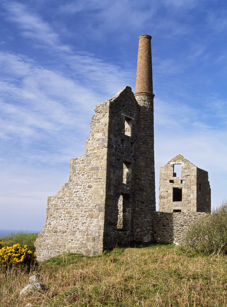 England, Cornwall, Rosemergy. Remains of the 19th-century Carn Galver tin mine including an engine house with a tapering stone and redbrick chimney. : Stock Photo