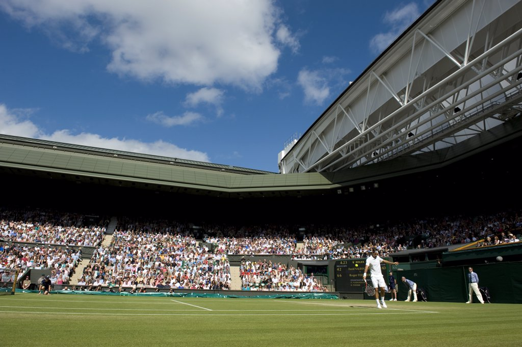 England, London, Wimbledon. Roger Federer in action on Centre Court at the 2011 Wimbledon Tennis Championships. : Stock Photo