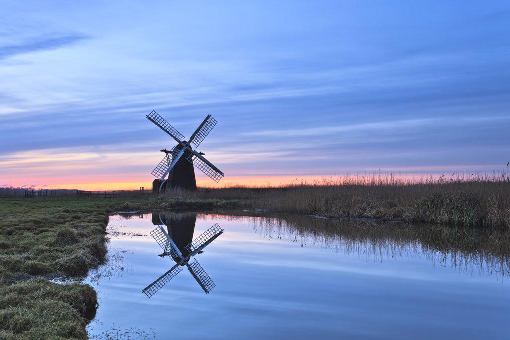 England, Suffolk, Herringfleet. Herringfleet smock mill reflected in still water on a misty winter morning. : Stock Photo