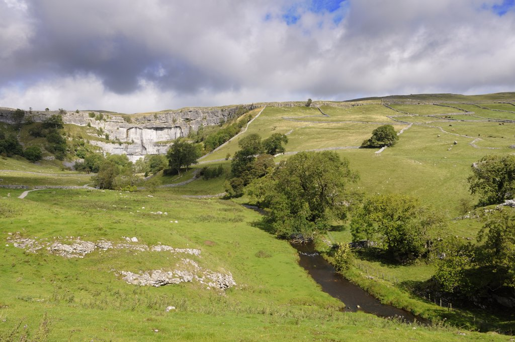 England, North Yorkshire, Malham Cove. Malham Cove, a spectacular curved limestone formation in the Yorkshire Dales National Park. : Stock Photo