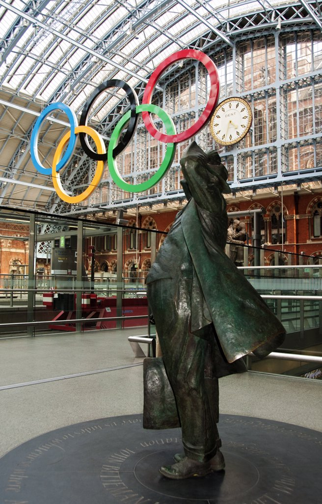 England, London, St Pancras. Sir John Betjeman statue and Olympic rings at St Pancras International Station. : Stock Photo