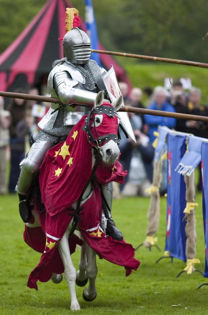 Scotland, West Lothian, Linlithgow. An armoured knight on horseback in a jousting competition at a medieval pageant based around events at Scotland's royal court in 1503. Party at the Palace was held at Linlithgow Palace as a part of Homecoming Scotland 2009. : Stock Photo