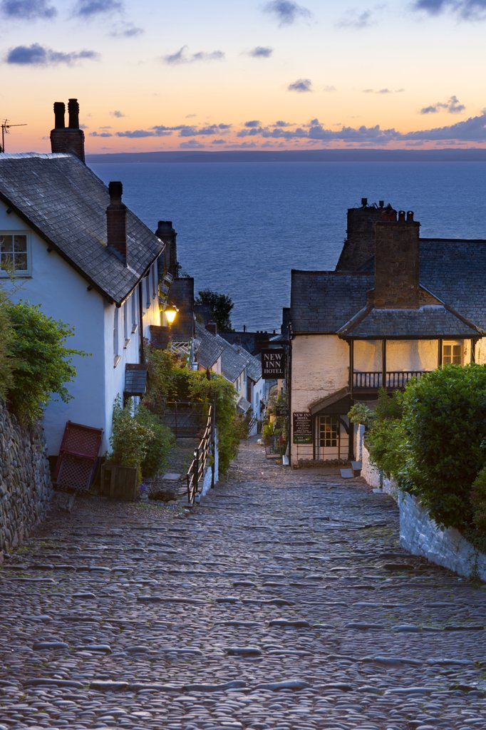England, Devon, Clovelly. Steep narrow cobbled street leading down to the world famous fishing village of Clovelly. : Stock Photo