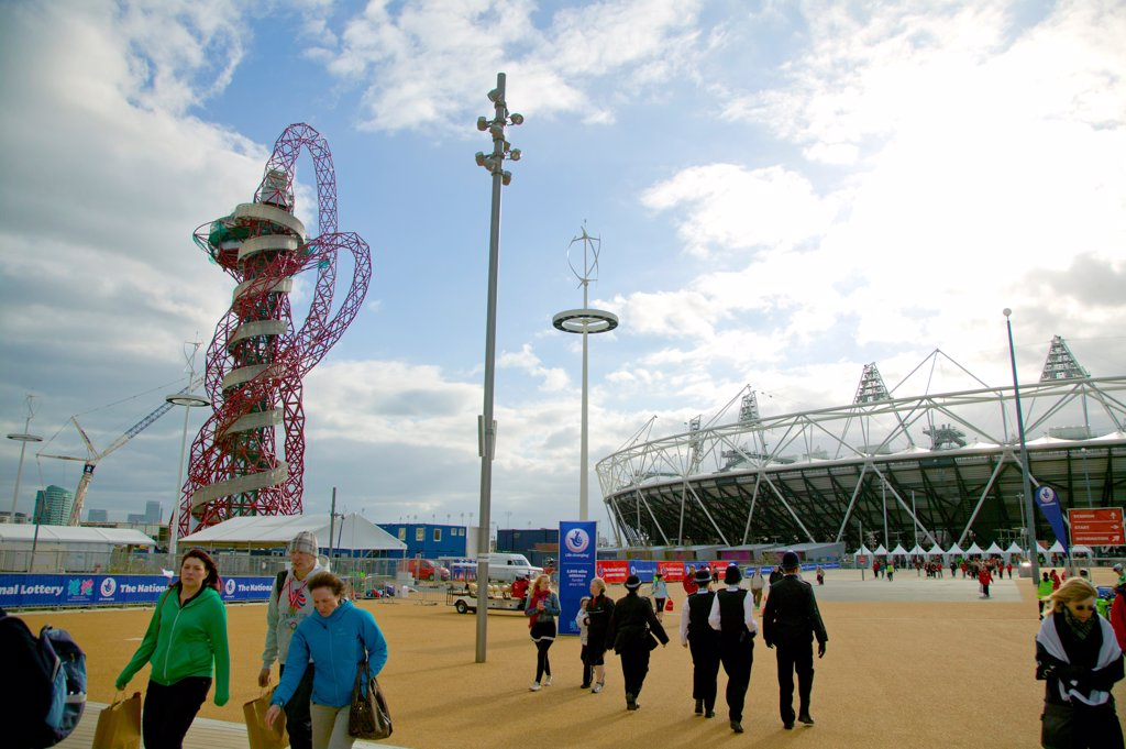 England, London, Stratford . A view toward the Anish Kapoor sculpture outside the main Olympic stadium. : Stock Photo