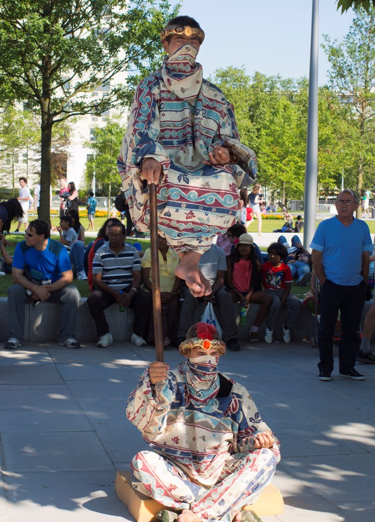 England, London, Waterloo Embankment. Street performers on Waterloo Embankment. : Stock Photo