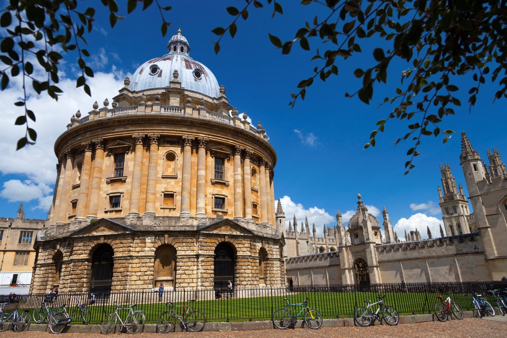England, Oxfordshire, Radcliffe Camera. Radcliffe Square in Oxford on a summer afternoon. : Stock Photo