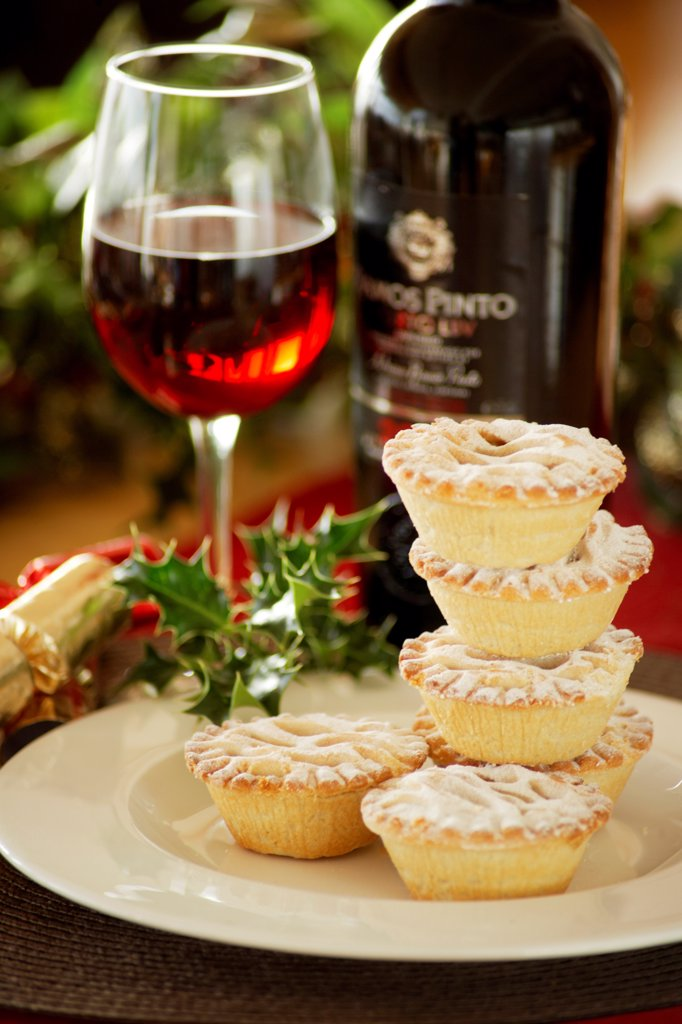 England, Devon, Plymouth. Mince pies dusted with icing sugar and ready for serving with mulled wine. : Stock Photo