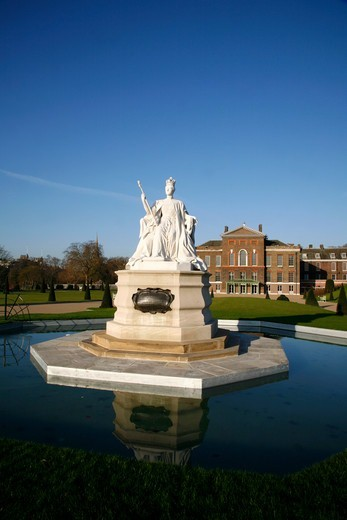 Stock Photo: 4282-32677 England, London, Kensington Gardens. Statue of Queen Victoria in front of Kensington Palace.