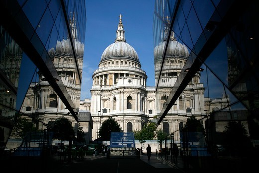 England, City of London, St Paul's Cathedral. St Paul's Cathedral reflected in the glass exterior of One New Change in the City of London. : Stock Photo