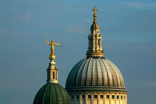 England, London, The Old Bailey. Statue of Justice on top of the Old Bailey  in front of the dome of St Paul's Cathedral. : Stock Photo