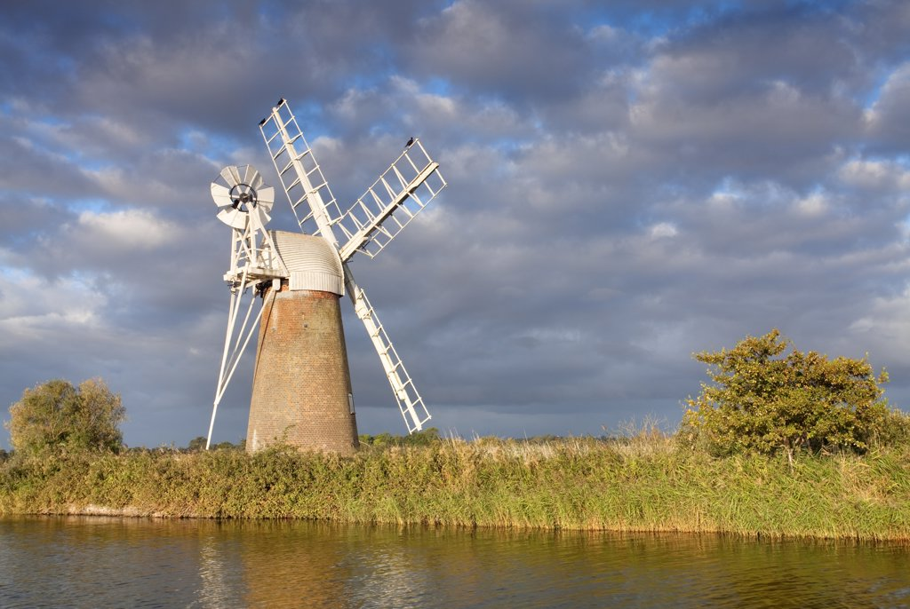 England, Norfolk, Near How Hill. Turf Fen drainage mill on the River Ant in the Norfolk Broads. : Stock Photo