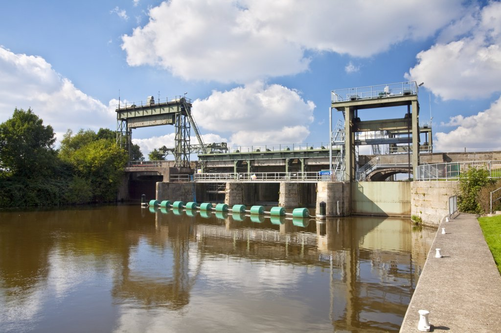 England, Norfolk, Denver. Part of the Denver Sluice on the River Great Ouse, designed to divert the tidal water into the man-made Hundred Foot River and prevent flooding. : Stock Photo