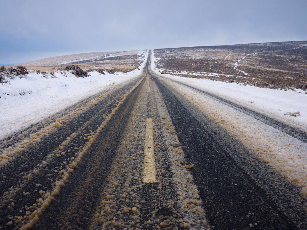England, Devon, Postbridge. Snowfall on the B3212 road at Chagford Common in Dartmoor National Park near Postbridge. : Stock Photo
