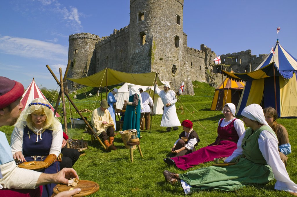 Wales, Pembrokeshire, Carew. The Wolfshead Bowmen re-enactment at Carew Castle in Pembrokeshire. : Stock Photo