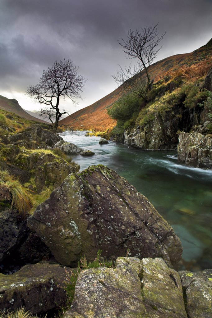 England, Cumbria, Brotherilkeld. A view of the River Esk near Brotherilkeld. The River Esk begins in Great Moss below Scafell Pike in the English Lake District and flows down to the sea at Ravenglass. : Stock Photo
