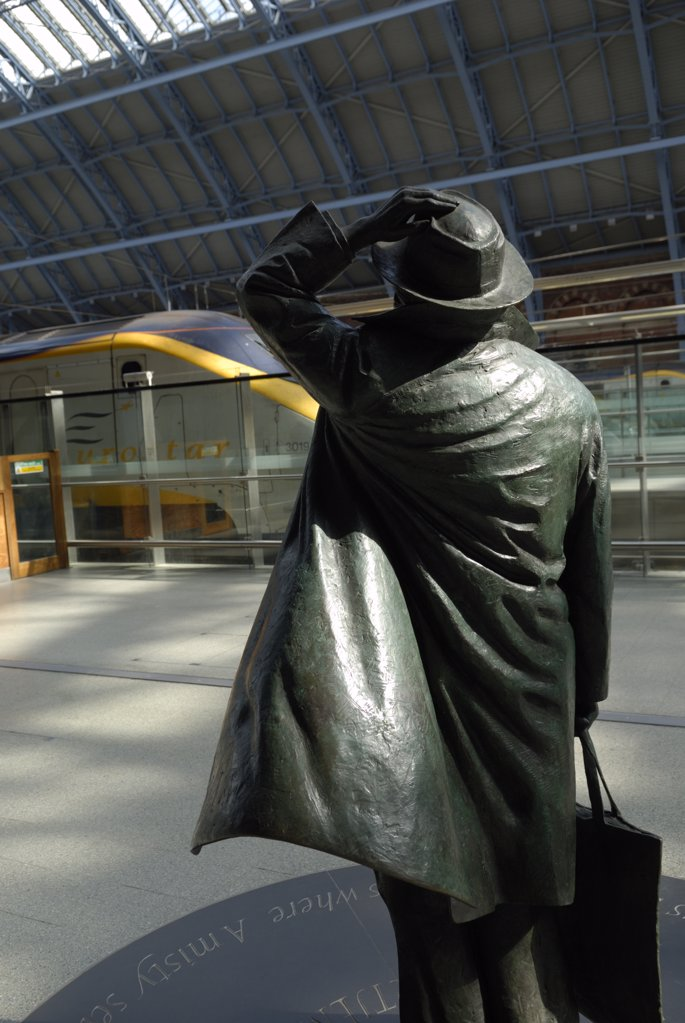 England, London, St Pancras Station. A statue of poet John Betjeman by Martin Jennings at St. Pancras International station, with a Eurostar train in the background. : Stock Photo