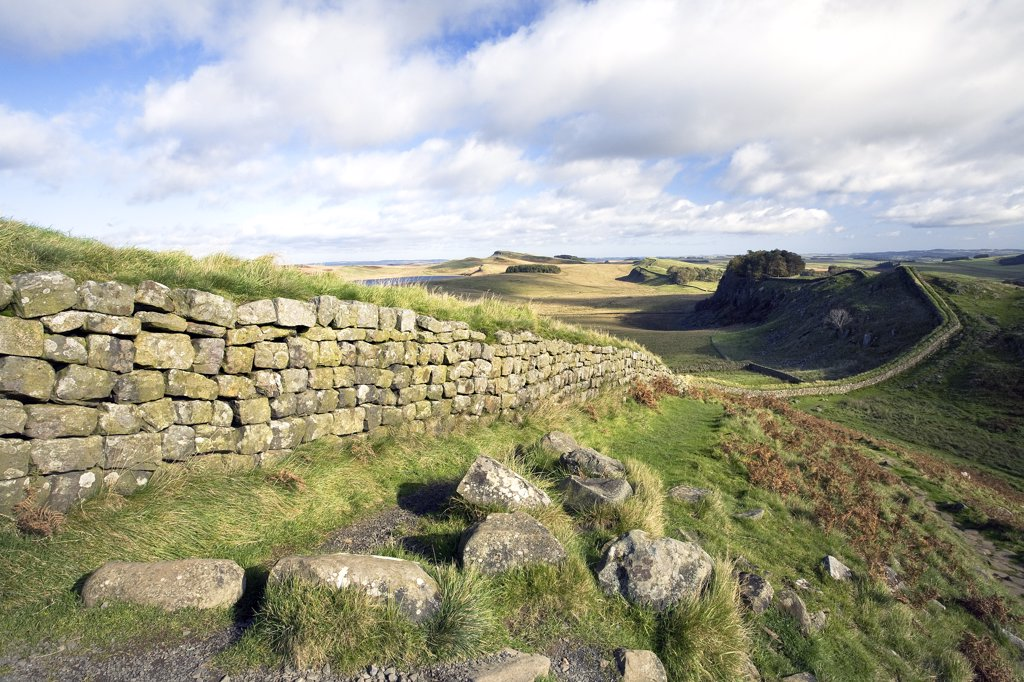 England, Northumberland, Housesteads. Looking east towards Hotbank Crags and beyond on Hadrians Wall. : Stock Photo