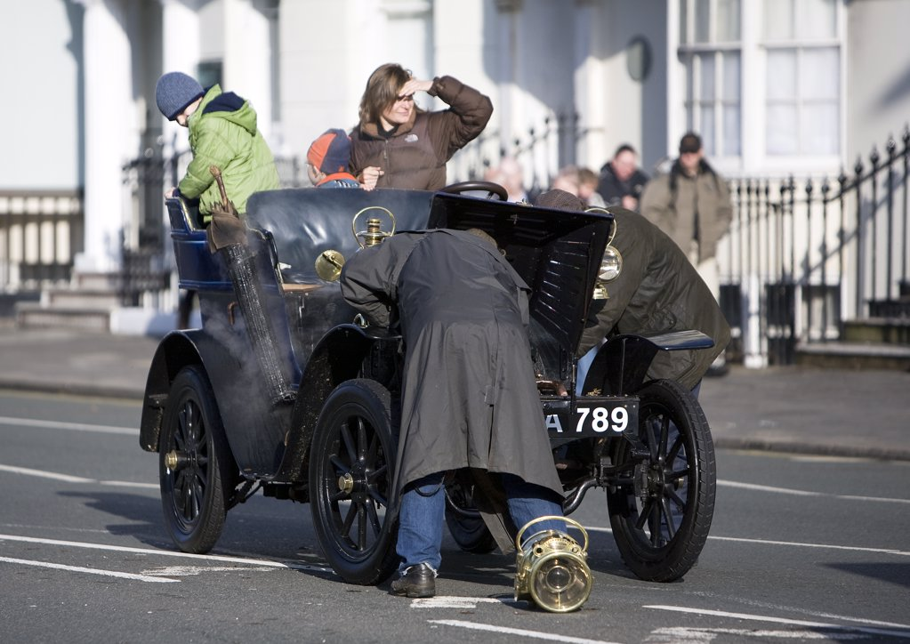 England, City of Brighton and Hove, Brighton. Participants try to fix an overheated engine during the 2008 London to Brighton Veteran Car Run. : Stock Photo