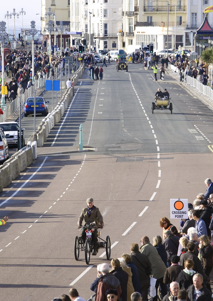 England, City of Brighton and Hove, Brighton. Spectators at the finish line watching the 2008 London to Brighton Veteran Car Run. : Stock Photo