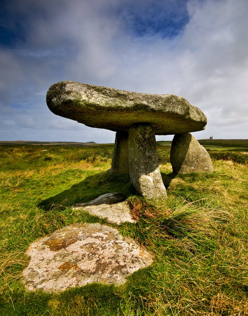 England, Cornwall, Penzance. Lanyon Quoit, believed to be a ritual funeral site, dating from the Neolithic period (3500-2500BC). : Stock Photo