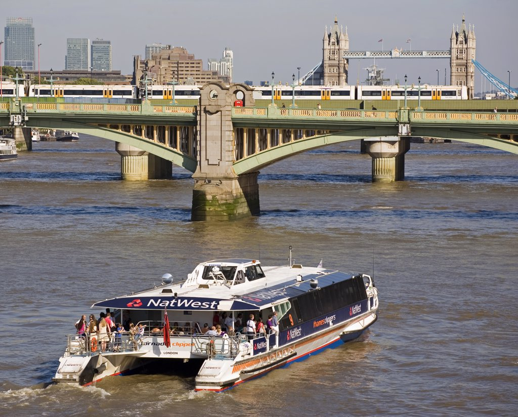 England, London, Southwark Bridge. A Thames Clipper boat heading east towards the City of London, Southwark Bridge and Tower Bridge. : Stock Photo