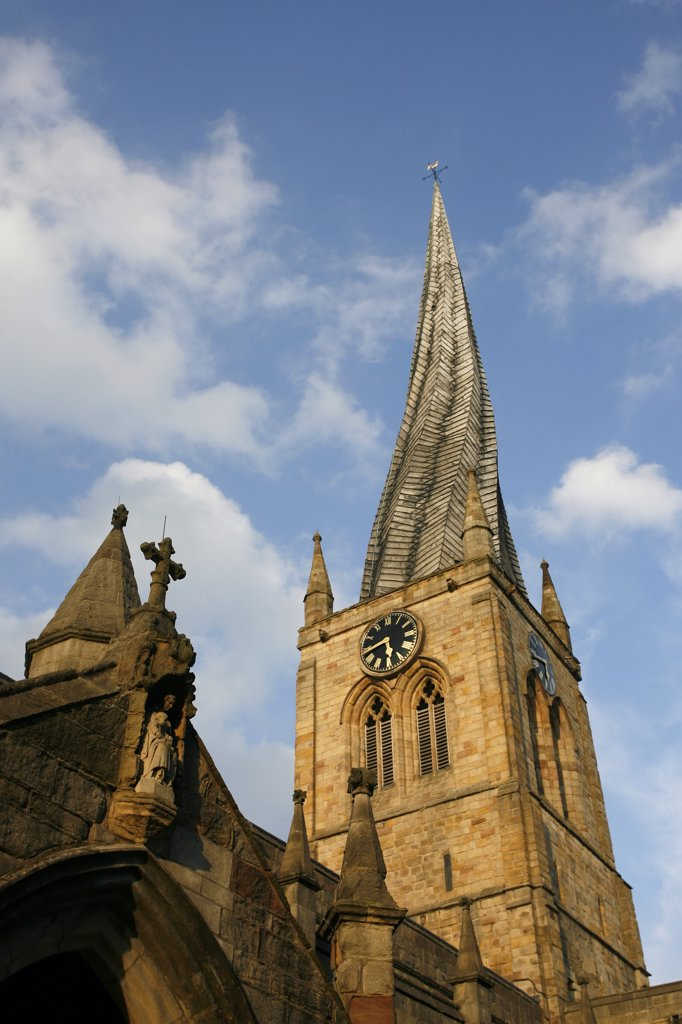 England, Derbyshire, Chesterfield. Unusual twisted spire of St Mary's parish church and All Saints in Chesterfield. : Stock Photo