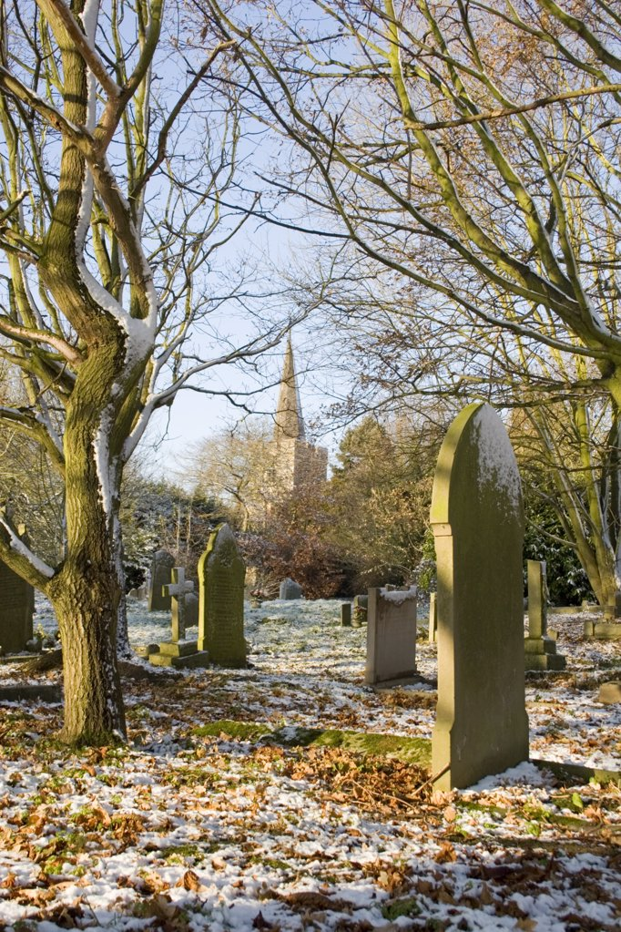 England, Essex, Great Burstead. Snow covered graveyard at St Mary Magdalene church. : Stock Photo