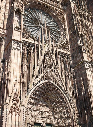GREAT ROSE WINDOW AND TYMPANUM NOTRE-DAME GOTHIC CATHEDRAL 14th Century STRASBOURG ALSACE FRANCE : Stock Photo