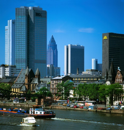 MAIN RIVER WITH FINANCIAL DISTRICT SKYLINE FRANKFURT AM MAIN HESSE GERMANY : Stock Photo