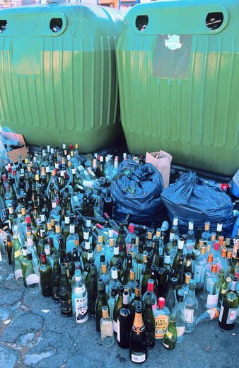 GLASS CONTAINERS + EMPTY BOTTLES  SETE  LANGUEDOC FRANCE : Stock Photo
