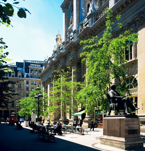 GEORGE PEABODY STATUE AND BUSINESSMEN AT CAFE TERRACE BY ROYAL EXCHANGE CITY OF LONDON ENGLAND GB UK : Stock Photo