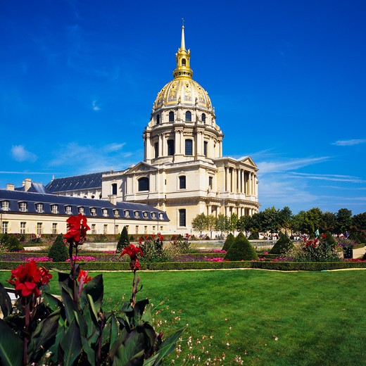 EGLISE DU D?ME CHURCH OF HOTEL DES INVALIDES AND GARDEN PARIS FRANCE : Stock Photo