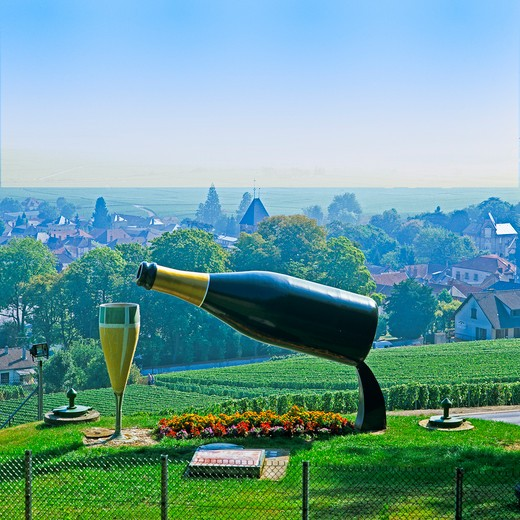 GIANT BOTTLE AND GLASS VINEYARD VILLAGE AVIZE CHAMPAGNE FRANCE : Stock Photo