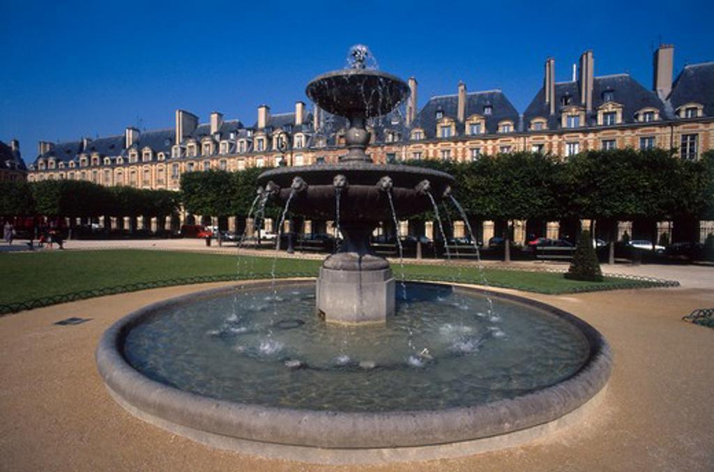 France, Paris, Place de Vosges, Fountain : Stock Photo