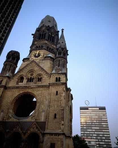 Stock Photo: 4285-6353 GERMANY BERLIN KAISER-WILHELM-GEDŽCHTSNISKIRCHE EMPEROR WILLIAM MEMORIAL CHURCH AND EUROPA CENTER BUILDING