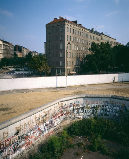 1986 GERMANY BERLIN WEDDING FRENCH SECTOR WALL AT BERNAUER STRASSE STREET : Stock Photo