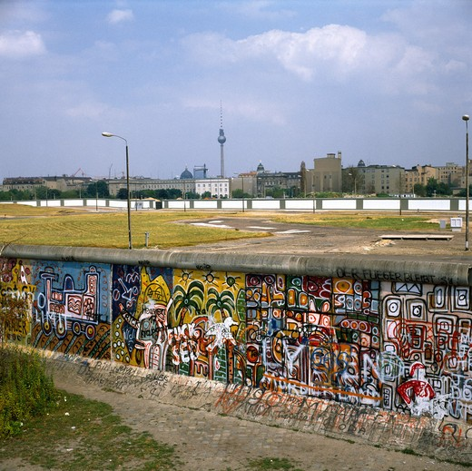 Stock Photo: 4285-6432 1986 GERMANY BERLIN WALL WITH GRAFFITI AT  LEIPZIGER PLATZ SQUARE