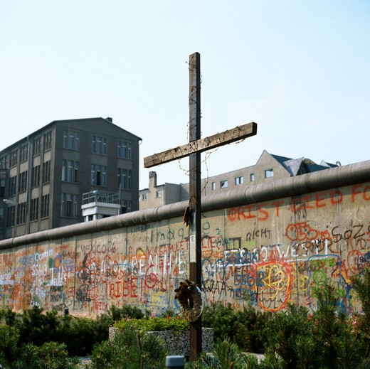 Stock Photo: 4285-6437 1986 GERMANY BERLIN GRAVE IN FRONT OF WALL WITH GRAFFITI AT ZIMMERSTRASSE STREET