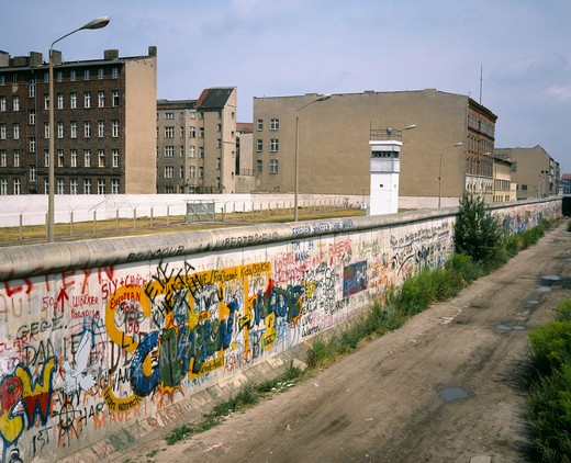 1986 GERMANY BERLIN WALL WITH GRAFFITI AND WATCHTOWER AT ZIMMERSTRASSE STREET : Stock Photo