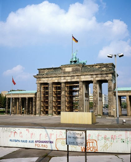 Stock Photo: 4285-6472 1986 GERMANY BERLIN WALL AND BRANDENBURGER TOR BRANDENBURG GATE