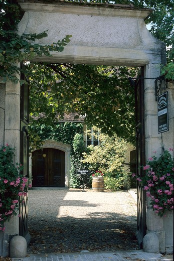 FRANCE BOURGOGNE NUITS-SAINT-GEORGES WINE MERCHANT'S HOUSE ENTRANCE AND INNER COURTYARD : Stock Photo