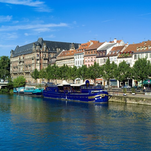 FRANCE ALSACE STRASBOURG QUAI DES PECHEURS WATERFRONT AND BARGES ON ILL RIVER : Stock Photo