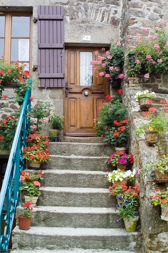 FRANCE BRITTANY LEHON VILLAGE FLOWERED STAIRCASE AND HOUSE ENTRANCE : Stock Photo