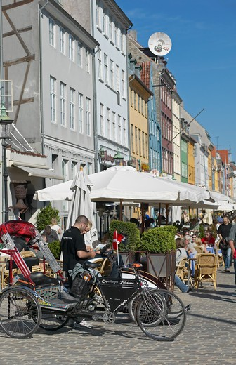 RICKSHAW TAXIS ANCIENT HOUSES AND WATERFRONT CAFE TERRACE NYHAVN HARBOUR COPENHAGEN DENMARK : Stock Photo
