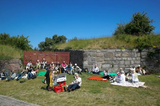 ELDERLY PEOPLE HAVING PICNIC IN KRONBORG SLOT CASTLE'S GARDEN ELSINORE DENMARK : Stock Photo