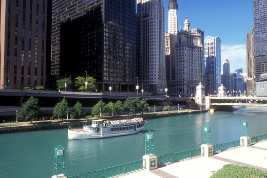 Chicago, Illinois, Skyline of downtown Chicago. Sightseeing tour boat floats along Chicago River. : Stock Photo