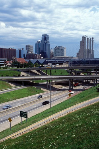 skyline, expressway, Kansas City, MO, Missouri, downtown skyline of Kansas City and I-670/I-35. : Stock Photo